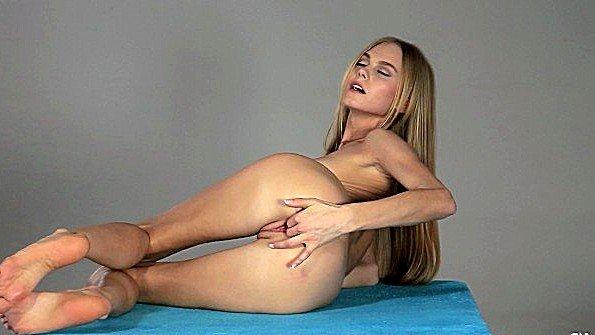 Девушка трогает дыру перед камерой и наслаждается ощущениями