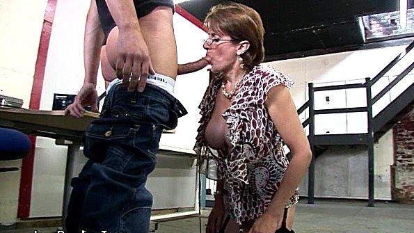 Грудастая женщина за 40 нализалась хуя парня и заслужила сперму