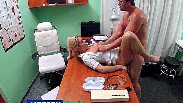 Сисястая врачиха откровенно предложила пациенту секс с ней