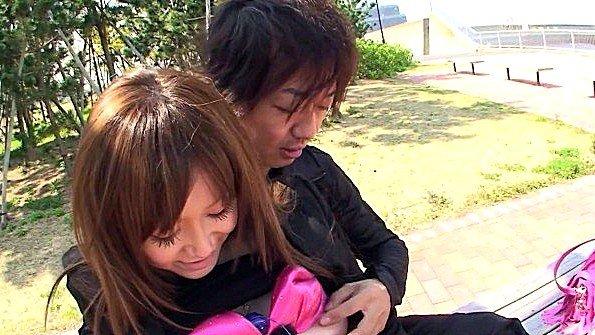 Японку заставляют онанировать пелотку прямо на улице и кончать