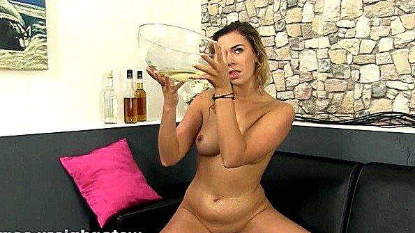 Сучка ссытся от мастурбации и пьет свою мочу с наслаждением