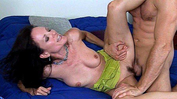 Грудастая дама в зрелом возрасте дико набросилась на хуй любовника