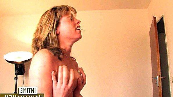 Немецкая леди пришла в спальню к парню и раскрутила на трах
