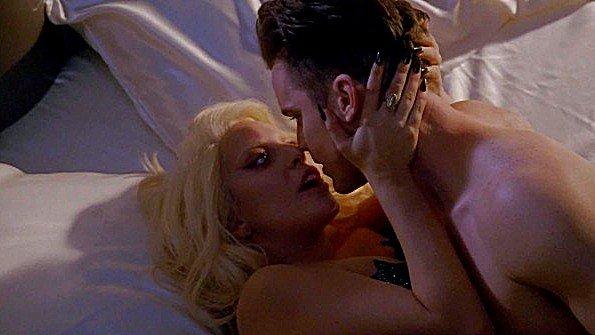 Известная певица озверело трахается с партнером в сцене из фильма