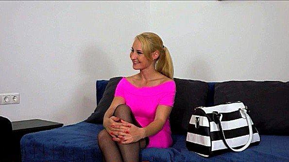 Кокетливая кандидатка в чулках готова ублажить порно агента по-всякому