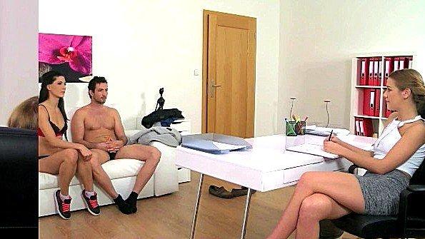 Женщина порно агент тестирует сексуально семейную пару на диване