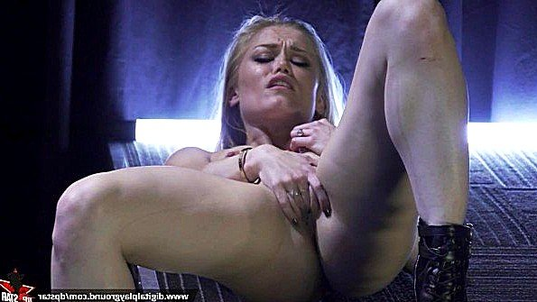 Порно звезда с крупными дойками в различных развратных сценах