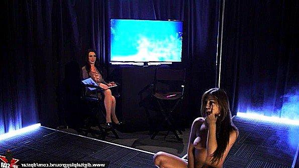 Будущая порно звезда мастурбирует шмоньку в качестве секс задания