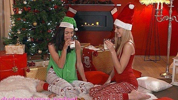 Лесбиянки проводят новогоднюю ночь со страпоном и дилдо под елкой