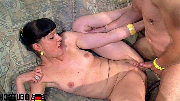 Роскошно берет в рот у парня и дает налить спермы ей на пизду