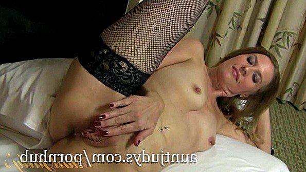 Дама в чулках полирует пипиську до полного удовлетворения