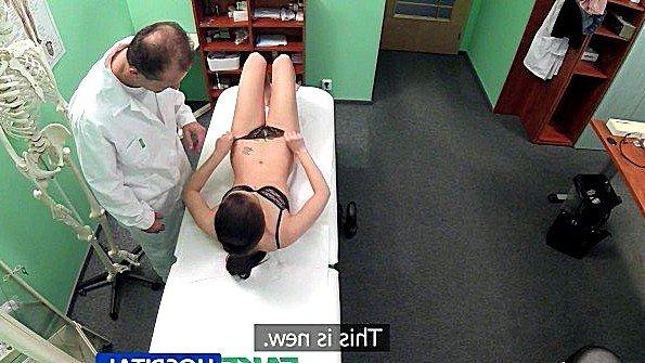 Пациентка разделась догола и отдалась врачу в его медицинском кабинете