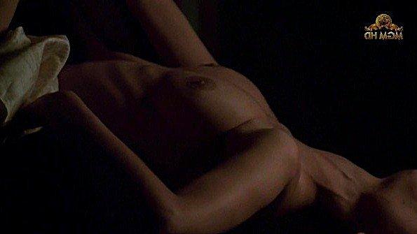 Charlotte Lewis с крупными сиськами в постельной сцене из фильма