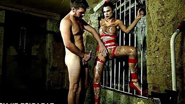 Вытащил рабыню с огромными буферами из клетки и грозно выебал