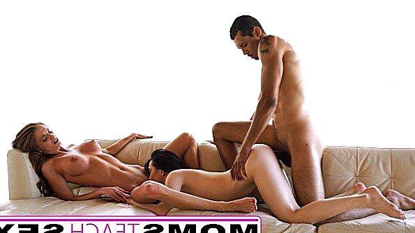 Парень одинаково хорошо полирует хуем пизду девушки и ее мамаши