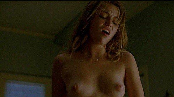Lili Simmons с массивными дойками показывает страсть в сцене из фильма
