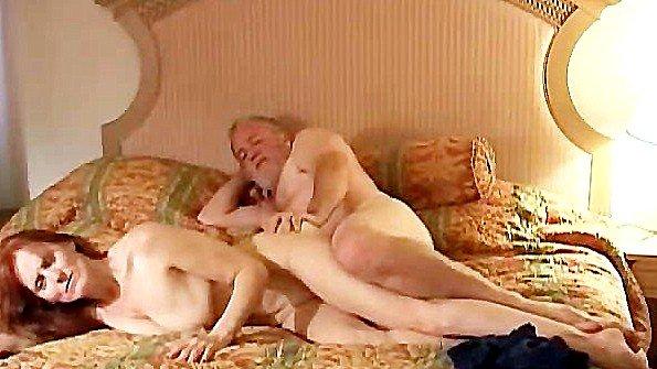 Возрастная жена люто трахается с мужем в постели на его камеру
