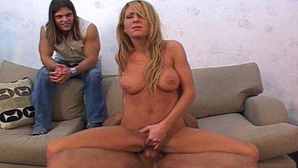Жена с крупными грудями ебется с негром и радует этим мужа