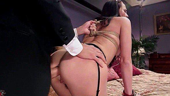 Сексуальные рабыни вынуждены ебаться в анусы с хозяином дома