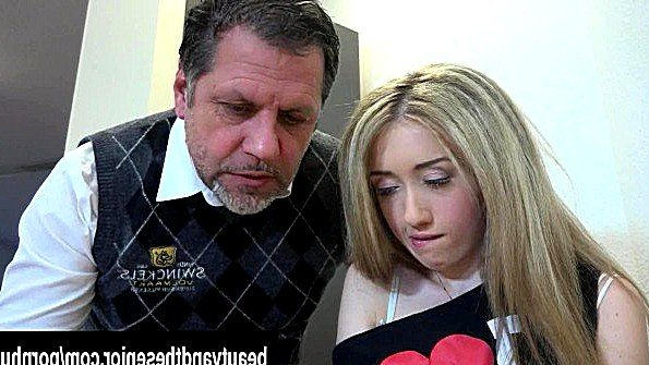 Худая девушка безжалостно трахается с пузатым преподавателем