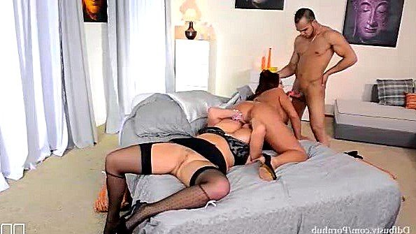 Зрелые матюры с большими буферами рады приходу мужика в их постель