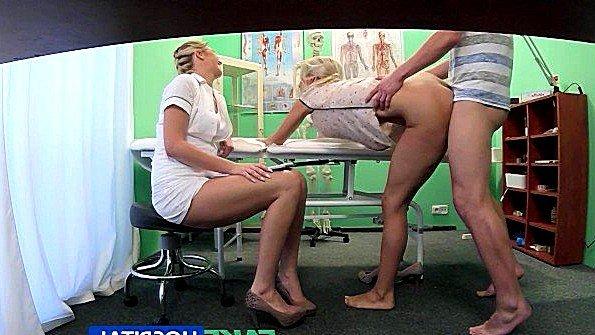 Похотливая медсестра внимательно наблюдает за трахом пациентов