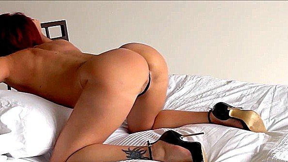 Великовозрастная дама с большими сисями треплет вагину в постели