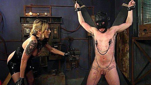 Вытащила сексуального раба из ящика и брутально доминирует над ним