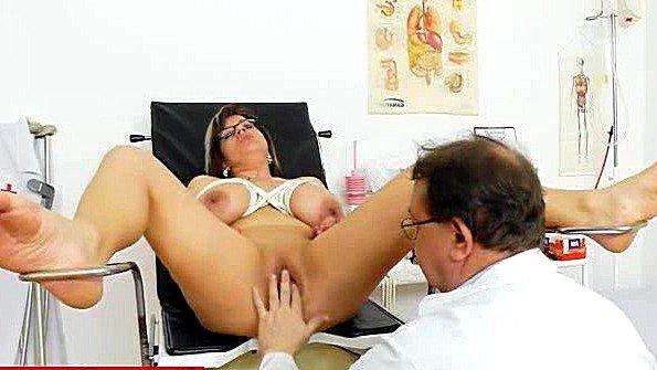 Доктор нагло дрочит пизду пациентке во время осмотра влагалища