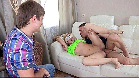 Парень заставил подружку грубо ебаться с другим кавалером