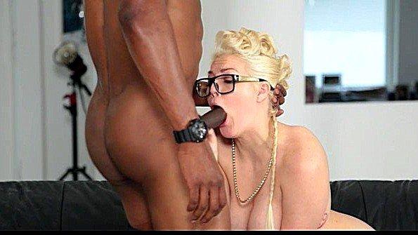 Чернокожий фотограф оттрахал блондинку с массивными сисяндрами