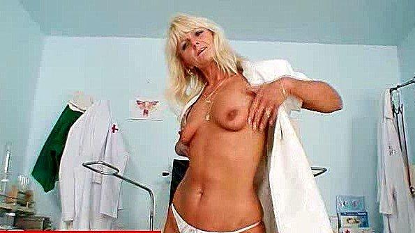 Медсестра с крупной грудью дергает пипиську в своем кабинете