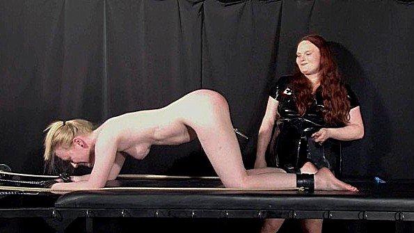 Шлепает рабыню по интимным местам и щекочет до умопомрачения