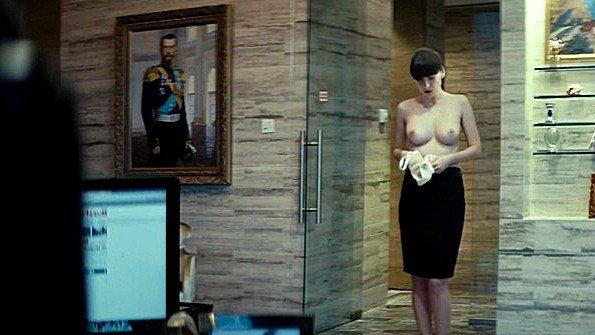 Yuliya Snigir раздевается догола в эротической сцене и показывает тело