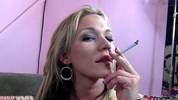 Сучка с массивными сисяндрами курит и показывает грудь на камеру