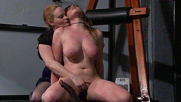 Заставляет рабыню лизать обувь и трахает ее в рот грубым страпоном
