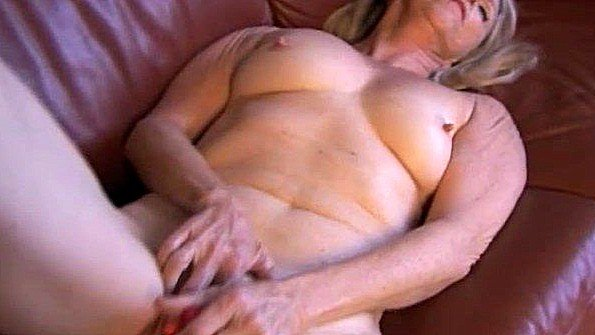 Престарелая дама с крупными грудями мнет дыру пальцами и вибратором