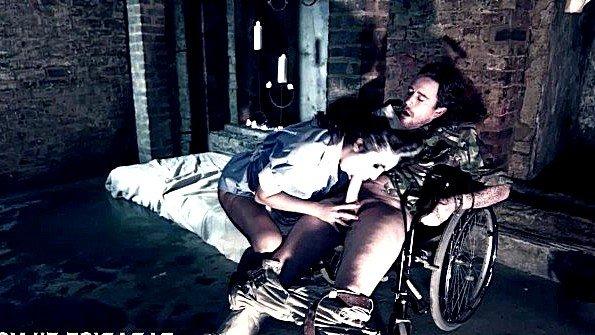 Медсестра с крупными сисями подняла инвалида с коляски ради ебли