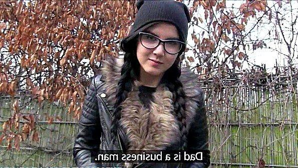 Порно агент трахает смелую девушку в лесу после предложенных денег