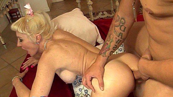 Пожилая дама в самом соку трахается в анальную дырку с любовником