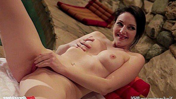 Деваха со здоровой задницей ебется в сауне с владельцем крутого хуя