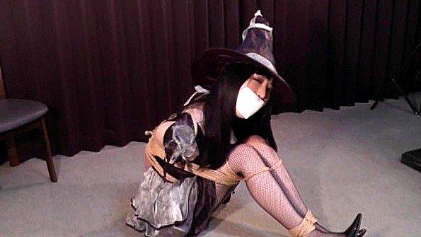 Связанная японская деваха пытается освободиться и показывает прелести