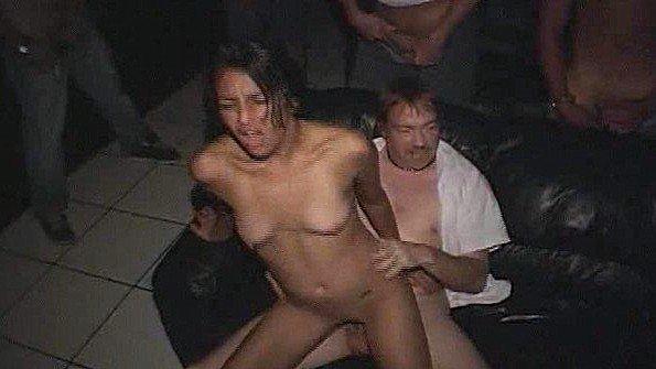 Латинка трахается с ухажером посреди заинтересованной толпы