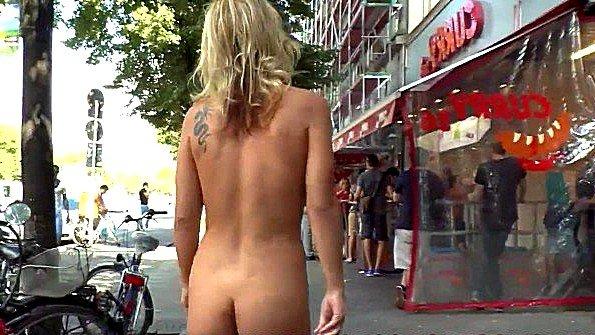 Девицу заставили ходить голышом по улице и жестко ебаться с мужиками