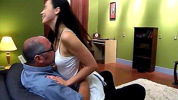 Дочь умело спровоцировала отца на озверелый трах с ней на диване