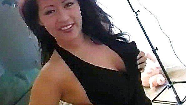 Жена в самом соку с крупными титьками сосет хуй своего супруга