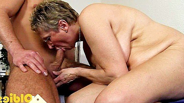 Грудастая старая баба хардкорно трахается с молодым любовником