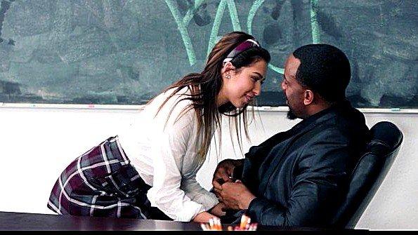 Студентка влюбилась в темнокожего учителя и предложила потрахаться