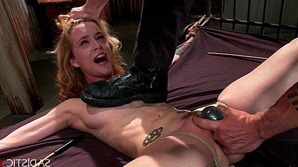Хозяин зверски мучает голую рабыню и стимулирует жестко ей пизду