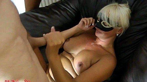 Норвежская дама с большими сиськами готова обслужить хуи любовников